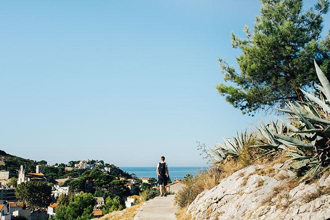 Prise de vue du jardin des Bois Sacrés sur fond de mer turquoise