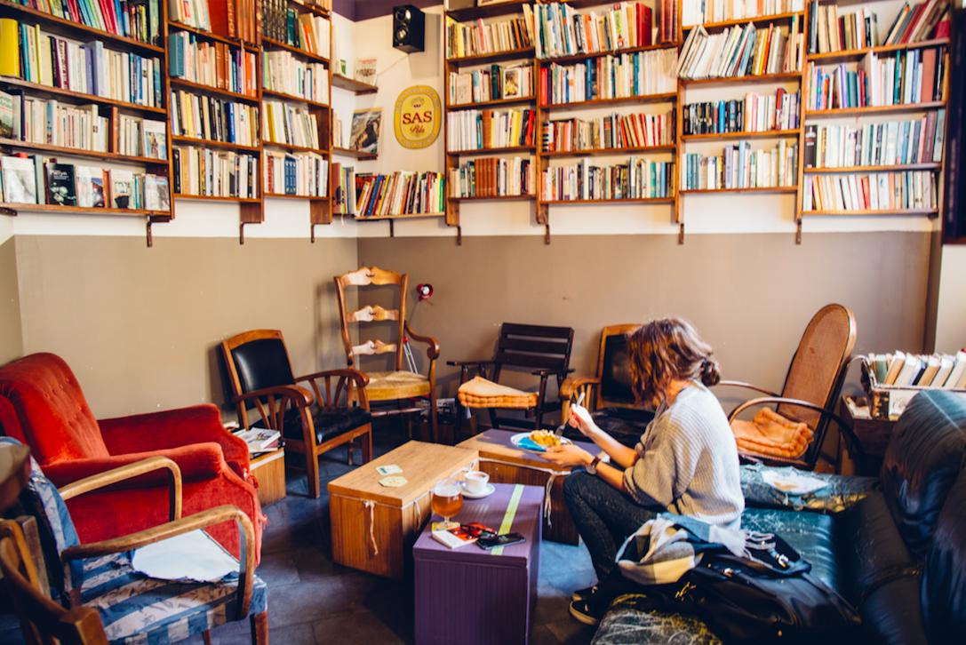 Prise de vue de l'intérieur d'un café à Lille