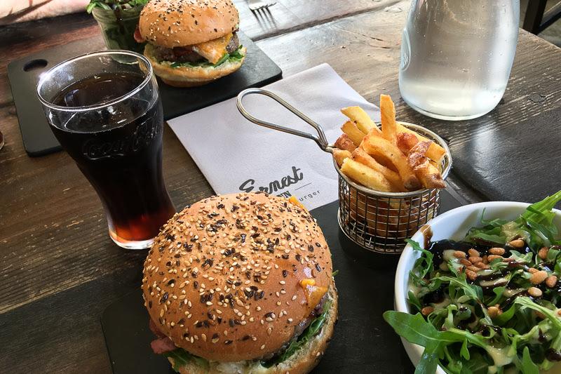Prise de vue d'un plat d'un restaurant spécialisé dans les burgers au Mans