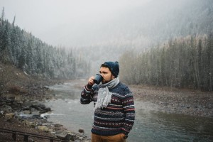 Djisupertramp un café à la main devant une rivière