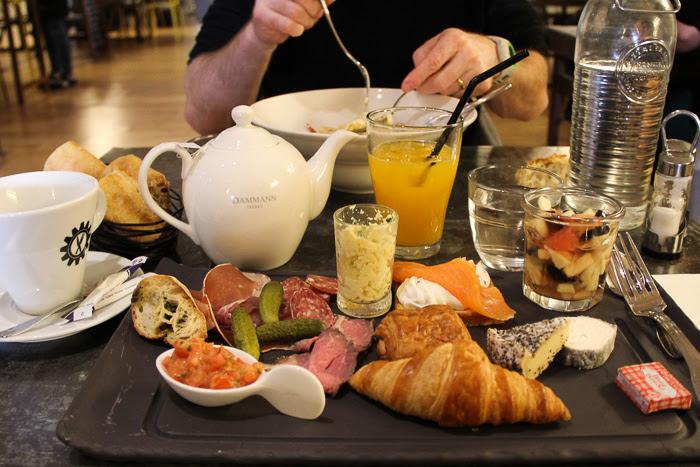 Prise de vue d'un copieux brunch dans un restaurant du Mans
