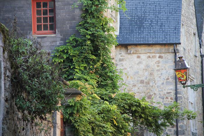 Prise de vue de la façade d'une maison au coeur historique du Mans