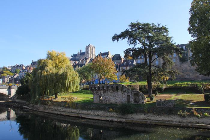 Vue d'ensemble donnant sur la rivière des berges de la Sarthe