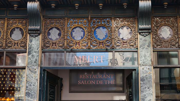 Prise de vue de la façade d'une gaufrerie et salon de thé, le Meert