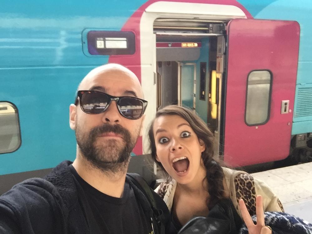 Prise de vue d'Anaïs et Pedro en mode selfie face à un train à quai OUIGO à Marseille