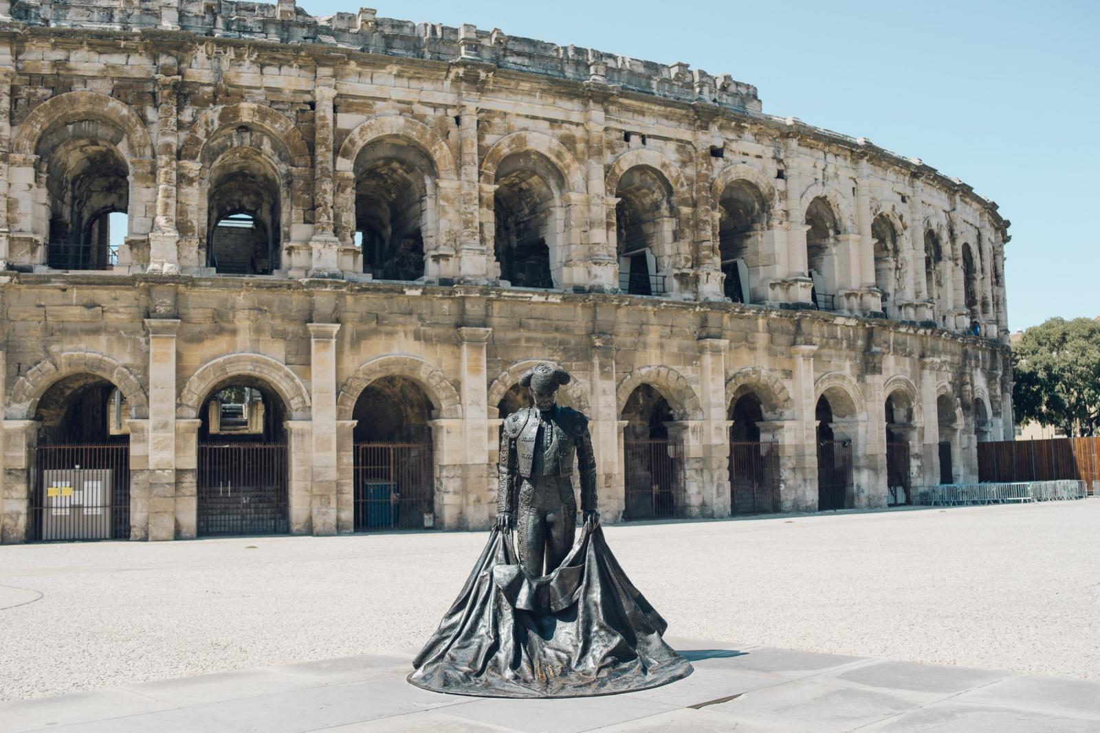 Vue sur la façade des arènes de Nîmes