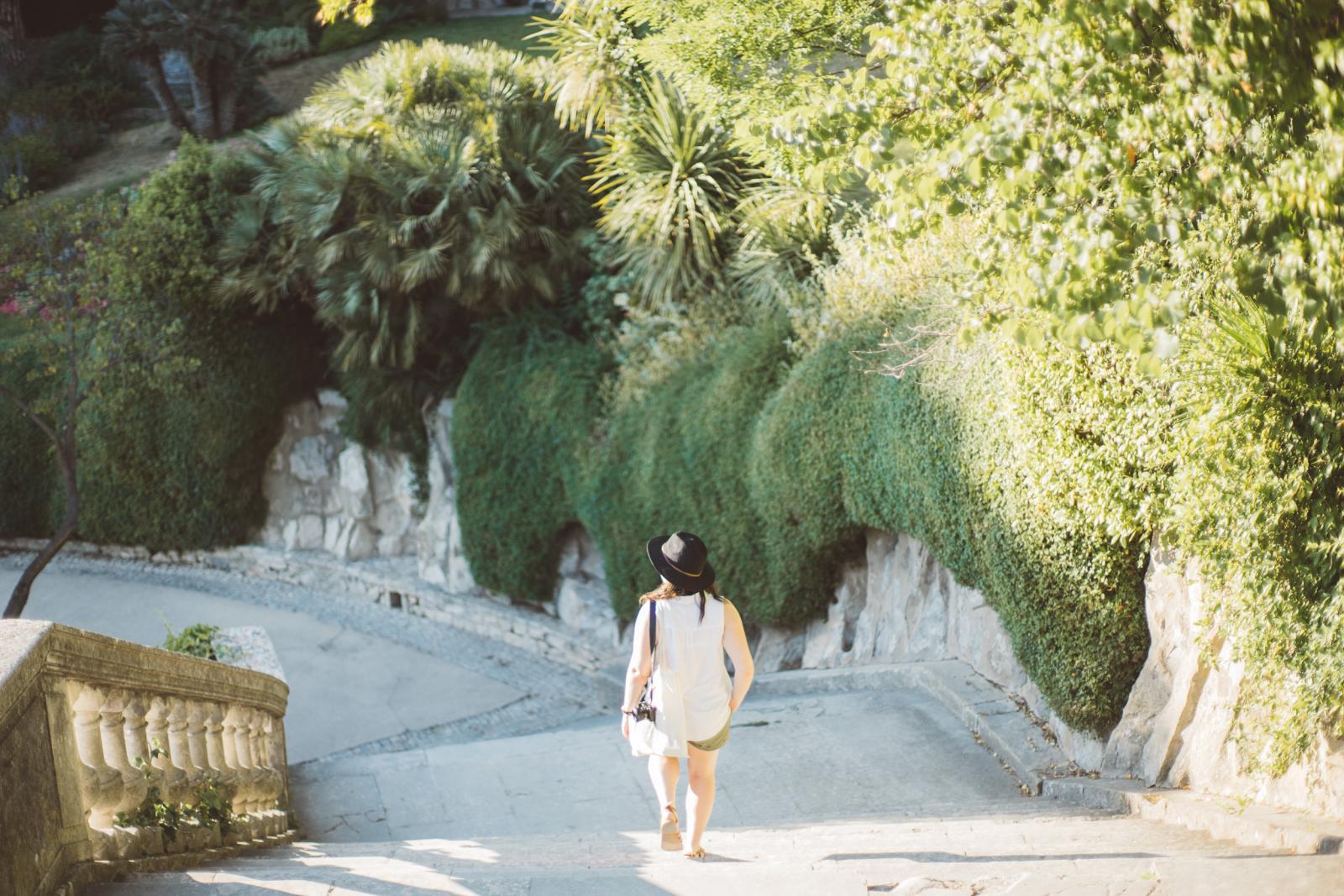 Prise de vue dans les escaliers en descente des jardins de la Fontaine