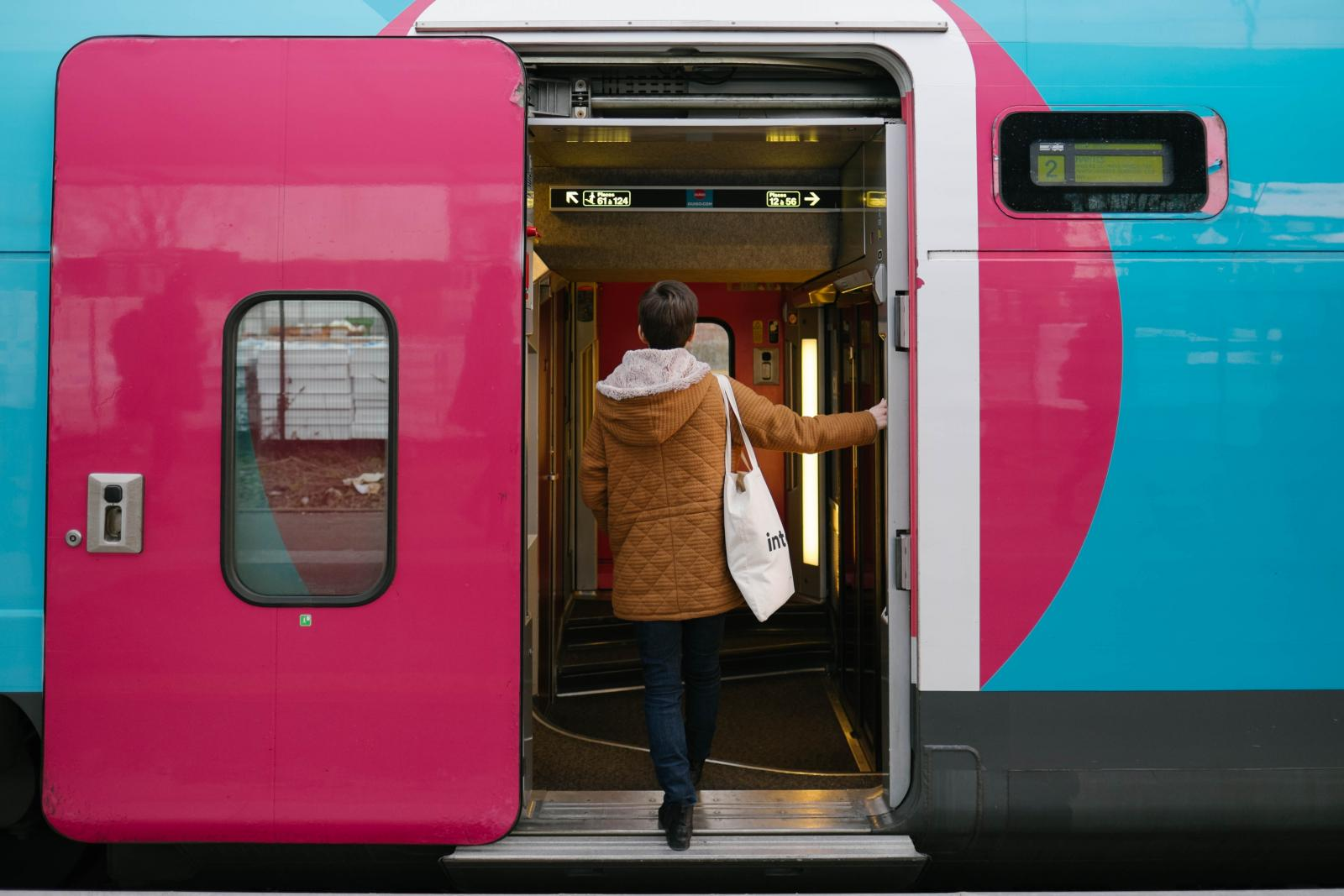 Notre blogueuse devant la porte du train OUIGO