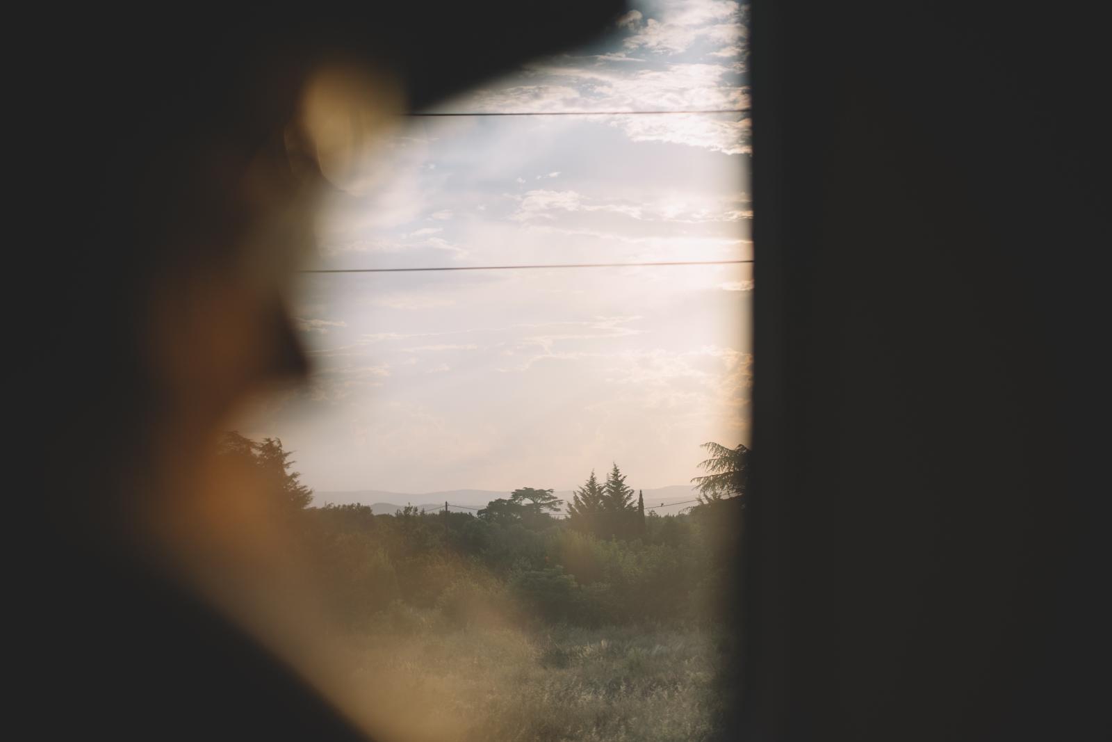 Djsupertramp dans le train OUIGO regardant par la fenêtre