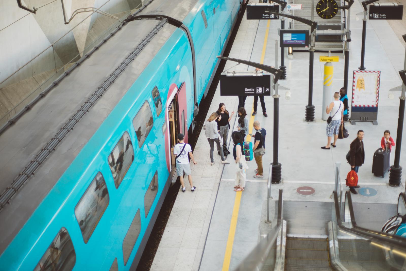 Djsupertramp en gare de Nîmes, vue sur le quai avec voyageurs