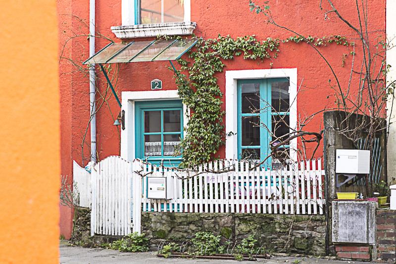 Prise de vue d'une habitation colorée du village de Trentemoult