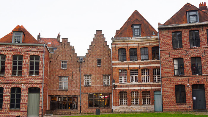 Prise de vue des façaces de briques des maisons du vieux Lille