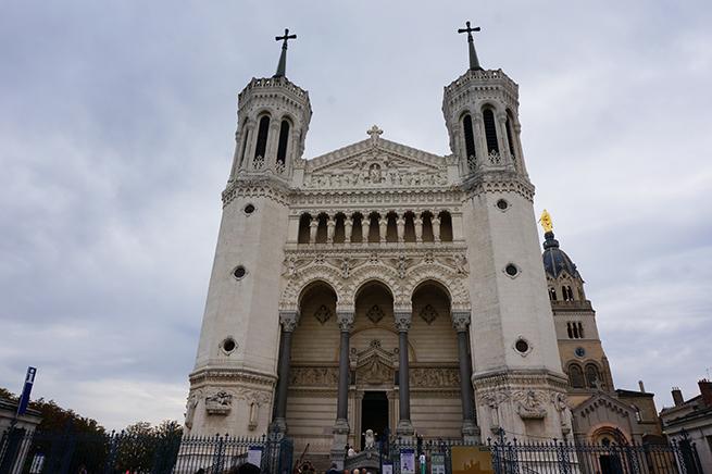 Prise de vue de la façade de la Basilique Notre-Dame de Fourviere