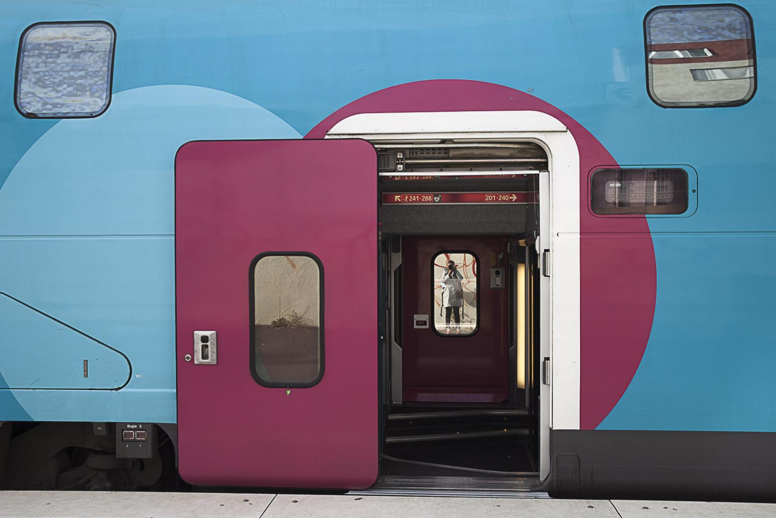 Prise de vue face à la porte d'accès à un TGV OUIGO